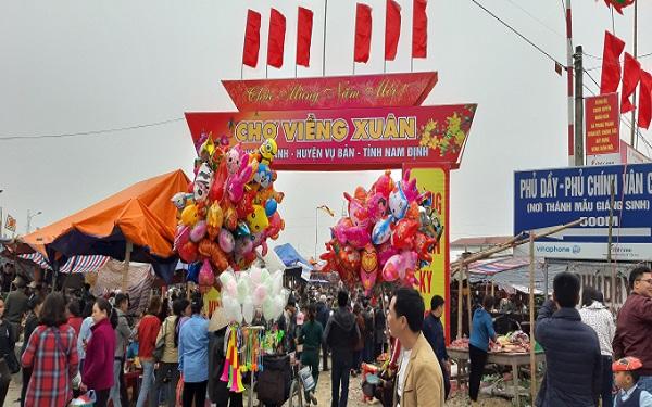 Tham quan chợ Viềng đầu năm: Nhận may mắn, mang về quà độc