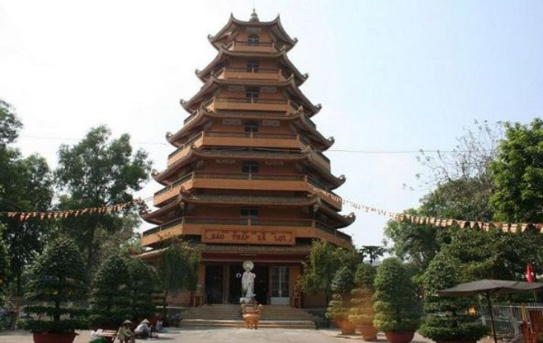 Tháp xá lợi Phật 7 tầng tọa ngay trước chùa