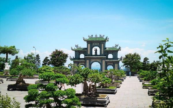 Sân chùa Linh Ứng