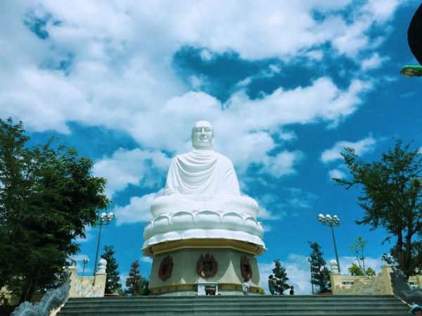 Tượng Kim Thân Phật Tổ nằm trên đỉnh đồi