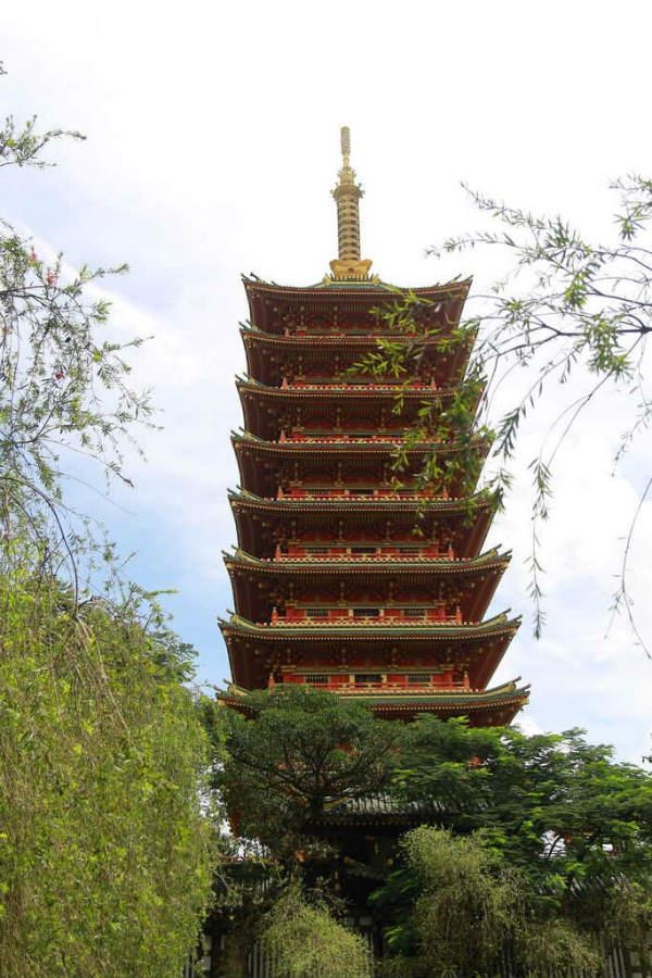 Tháp bảo xá lợi cao 9 tầng với màu đỏ chủ đạo