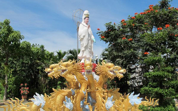 Ngày mùng 1 và ngày rằm chùa sẽ đông đúc người dâng hương