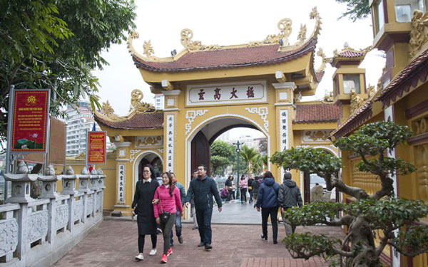 Du khách đến vãn cảnh chùa
