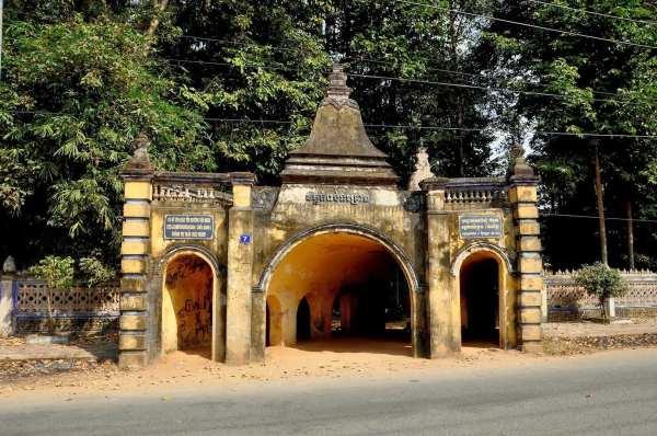 Cổng phụ có thiết kế giống cái hang nên được gọi là chùa Hang