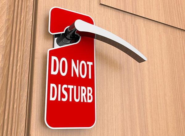 Nếu khách treo thẻ không muốn làm phiền thì nhân viên cần để ý, nếu quá thời gian cho phép cần báo cấp trên