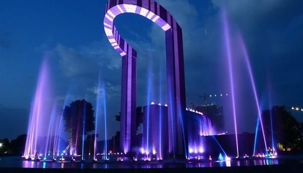 Công viên nhạc nước đẹp mắt khi phố xá đã lên đèn