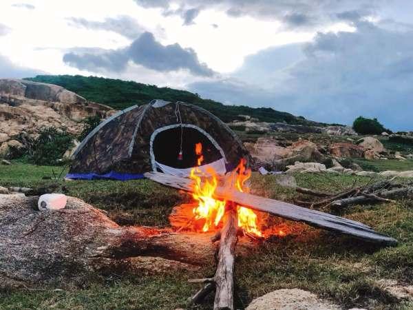 Chuẩn bị lều trài để ngủ lại trên đảo nhé!