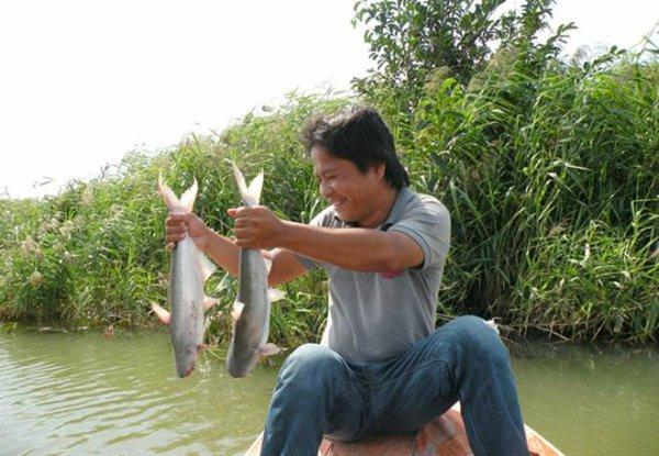 Hoạt động câu cá bông lau rất thu hút khách du lịch