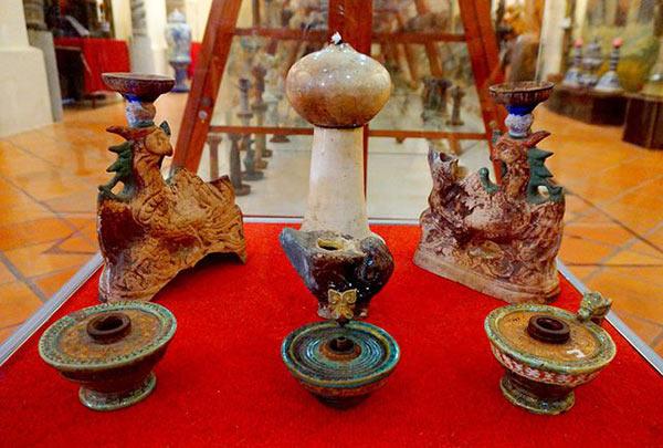 Bộ sưu tập 650 đèn dầu cổ của Việt Nam và các nước, trong đó có những chiếc đèn dầu từ thời Đông Sơn.