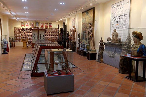 Gian phòng bên trong nhà truyền thống lưu giữ cổ vật của Việt Nam và thế giới.