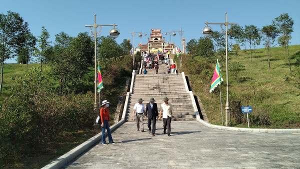 Cổng vào Đàn Tế Trời rộng rãi, chứa nhiều bậc thang!