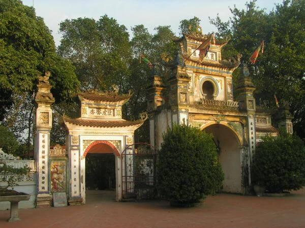 Cổng Tam quan cổ kính