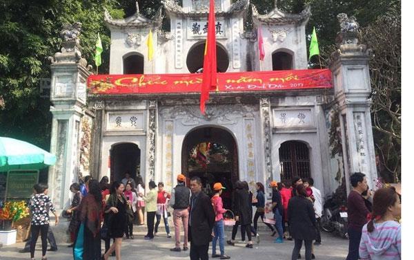 Du khách đến lễ ở đền dịp đầu năm