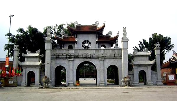 Kiến trúc bên ngoài cổng đền mang nét truyền thống và cổ kính