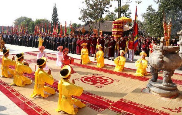 Hình ảnh người đang thực hiện nghi lễ truyền thống tại lễ hội
