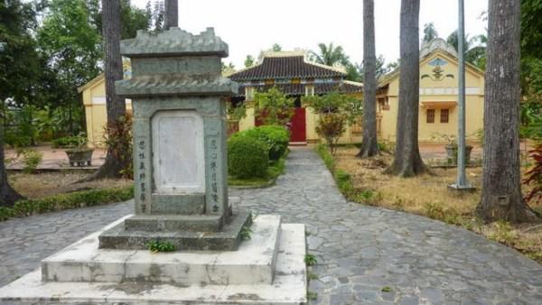 Bia đá nằm trên con đường vào điện Đại Thành