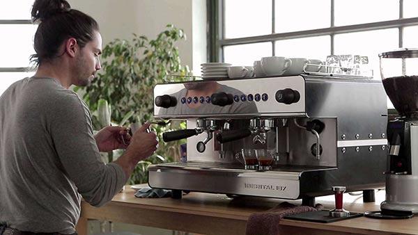 Máy pha cà phê công nghiệp là thứ mà mỗi khách sạn nên trang bị