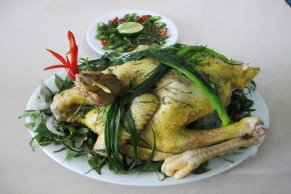 Gà tre luộc ăn cùng với rau răm và muối tiêu chanh