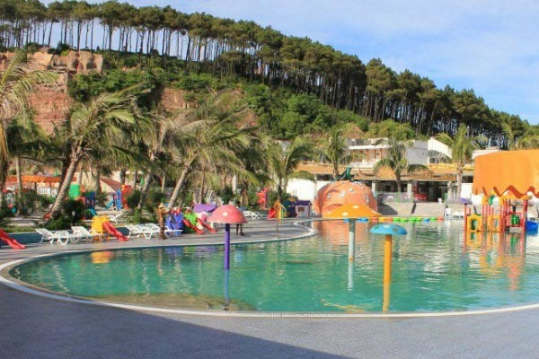 Bãi biển nhân tạo thu hút khách du lịch