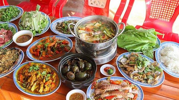 Các món ăn chế biến từ hải sản được Bà Thôi trình bày đẹp mắt