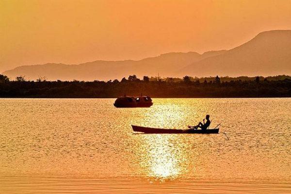 Hoàng hôn buông xuống trên hồ