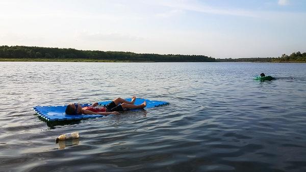 Du khách có thể thả mình trên dòng nước mát rượi của hồ