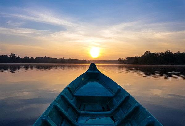 Cảnh mặt trời mọc trên hồ luôn mang đậm vẻ bình yên