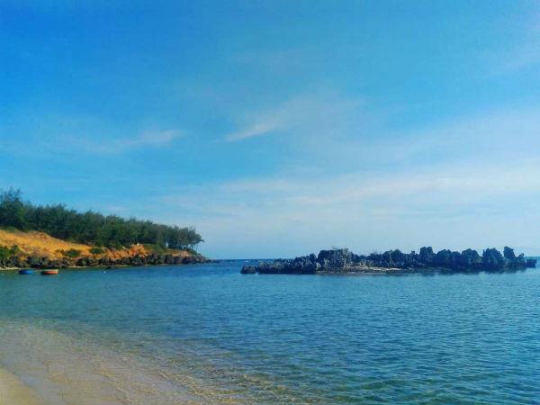 Bãi biển trong xanh, yên tĩnh