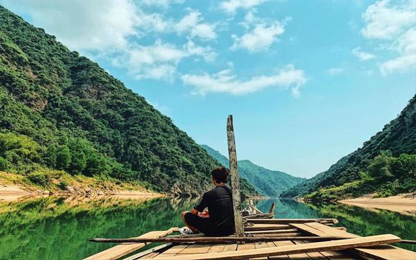 Chèo thuyền dọc theo sông Thu Bồn