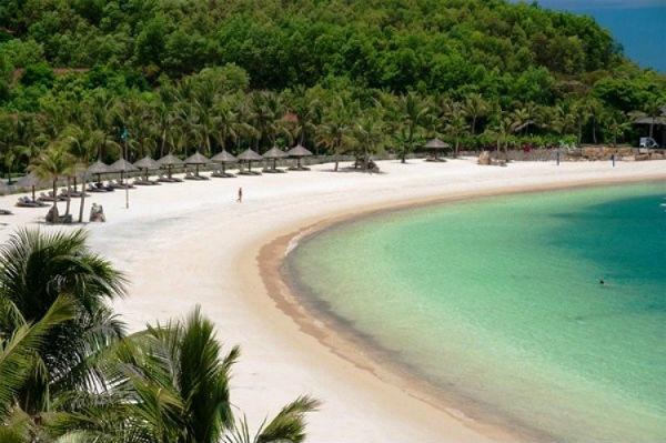 Vẻ đẹp quyến rũ của Hòn Tằm với biển xanh, cát trắng, nắng vàng và những rặng phi lao xanh ngát