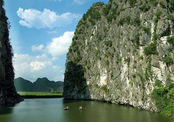 Địa thế núi non sông nước khiến bao người thích thú