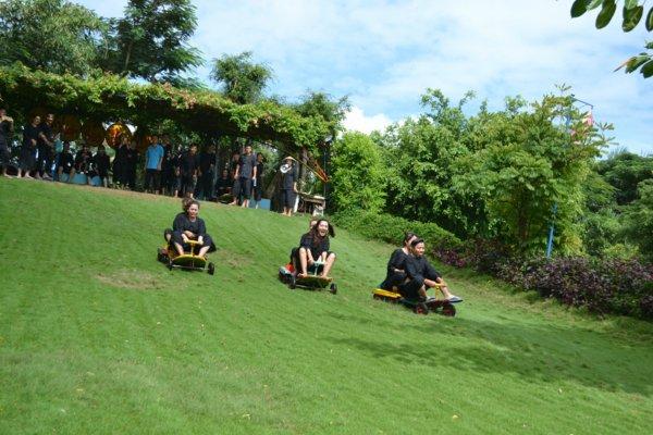 Trò chơi trượt cỏ tại Khu du lịch Vinh Sang