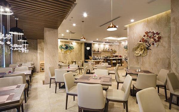 Không gian rộng với vô số bàn ăn thiết kế tông trắng