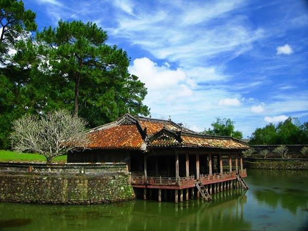 Khuôn viên lăng Tực Đức mát mẻ với nhiều cây xanh, hồ nước