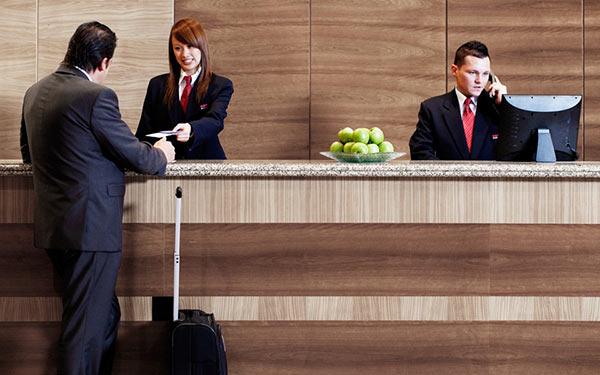 Lễ tân khách sạn cần bằng cấp gì? Có quan trọng hay không?