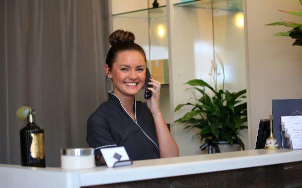Giải đáp thắc mắc lễ tân khách sạn lương bao nhiêu, có cao không?