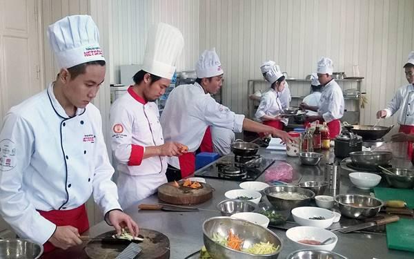 mức lương phụ bếp khách sạn 5 sao dao động từ 9-10 triệu