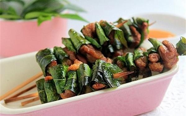 Thịt nướng xiên cùng lá móc mật tạo nên một hương vị rất mới lạ