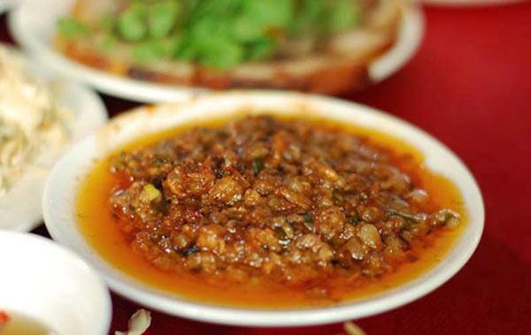 Ăn kèm món mắm tép chua với chân giò lợn hoặc ba chỉ luộc để đạt được hương vị tuyệt hảo nhất