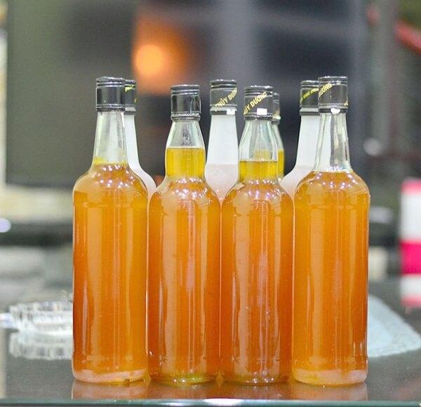 Mật được quay bằng thùng và đóng thành chai để bảo quản