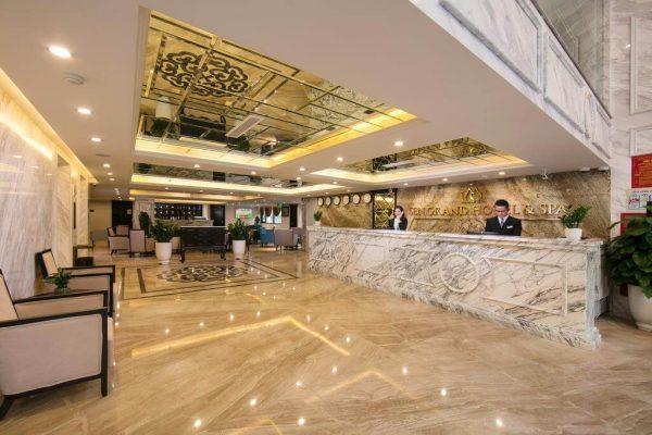 Ánh sáng vàng trắng được sử dụng chủ đạo khi thiết kế mặt tiền khách sạn