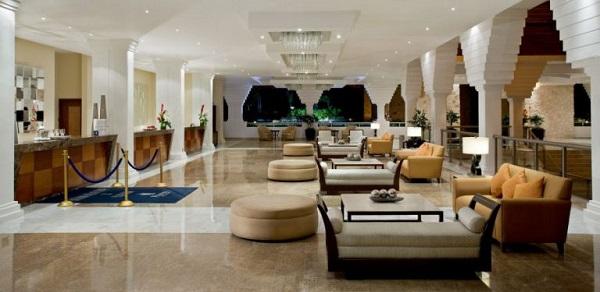 Sắc trắng vàng làm tông màu chủ đạo cho mặt tiền khách sạn