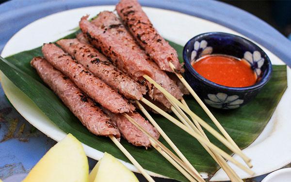 6 địa chỉ nổi tiếng thưởng thức nem chua nướng ngon ở Hà Nội