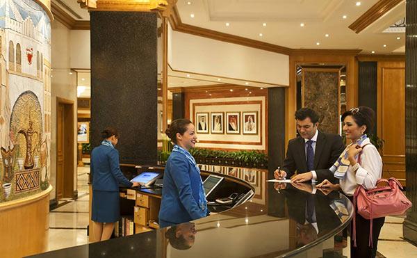 Luôn vui vẻ, thân thiện trong mọi hoàn cảnh là yêu cầu cơ bản của lễ tân khách sạn.