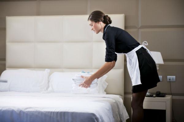 Trước khi khách tiến hành tra phòng cần phối hợp với bộ phận lễ tân kiểm tra phòng