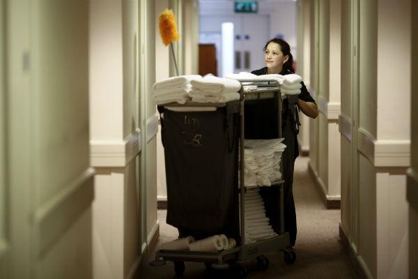Sau khi được bàn giao công việc, nhân viên buồng phòng chuẩn bị đầy đủ dụng cụ