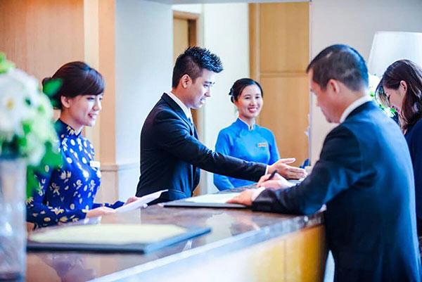 Lễ tân khách sạn phải đáp ứng được yêu cầu ngoại hình