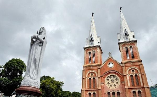Tượng Đức Mẹ Hòa Bình trong khuôn viên của nhà thờ
