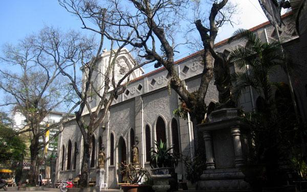 Khuôn viên trong nhà thờ