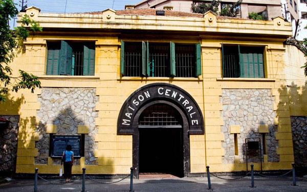 Tham quan nhà tù Hỏa Lò – Khu di tích lịch sử giữa lòng thủ đô